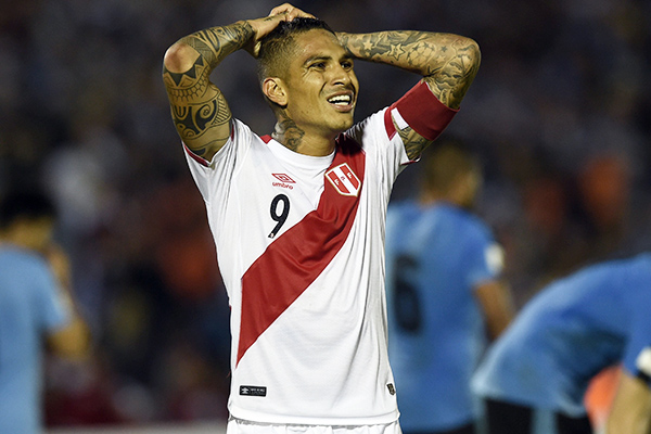 Peru's Paolo Guerrero gestures during the Russia 2018 FIFA World Cup South American Qualifiers' football match against Uruguay at the Centenario stadium in Montevideo, on March 29, 2016.   AFP PHOTO / PABLO PORCIUNCULA