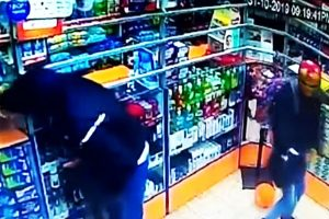 """IRON MAN"" Y ""ANONYMOUS"" ROBAN FARMACIA EN HALLOWEEN [VIDEO]"